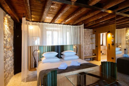 A bed or beds in a room at Spirito Santo Palazzo Storico