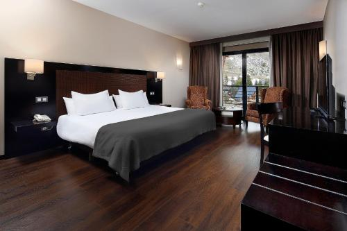A bed or beds in a room at HG Alto Aragón