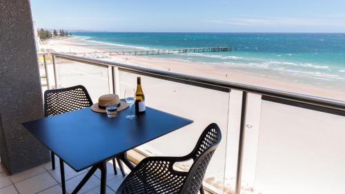 A balcony or terrace at Oaks Glenelg Plaza Pier Suites