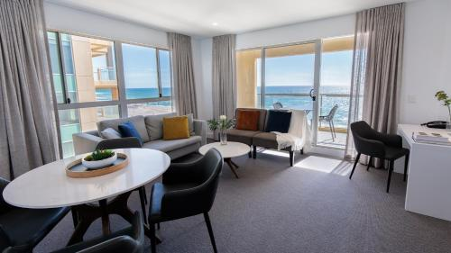 A seating area at Oaks Glenelg Plaza Pier Suites