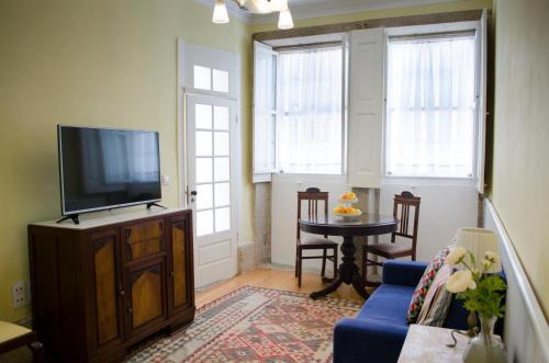 Uma televisão e/ou sistema de entretenimento em Porto.arte downtown apartment