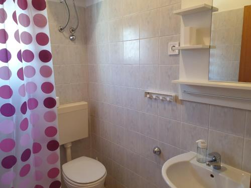 A bathroom at Apartmani Dalmatinka