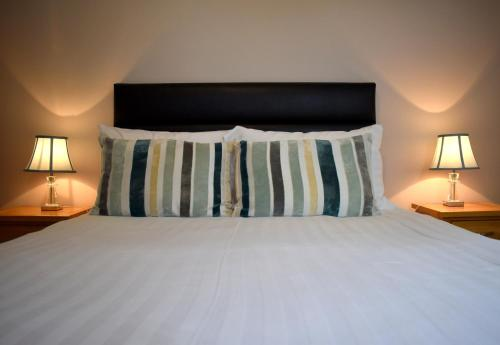 A bed or beds in a room at The Meadows B&B