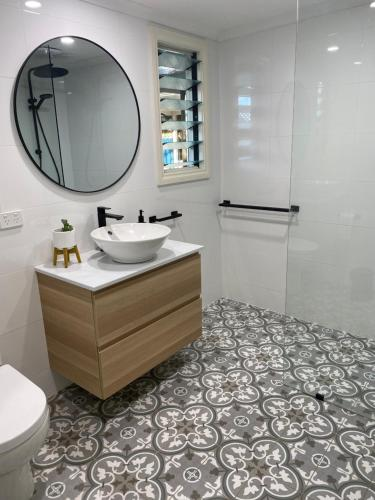 A bathroom at Goolwa Mariner's Cottage - Free Wifi and Pet Friendly - Centrally located in Historic Region