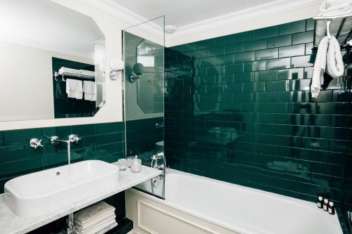 A bathroom at Grand Pigalle Hotel