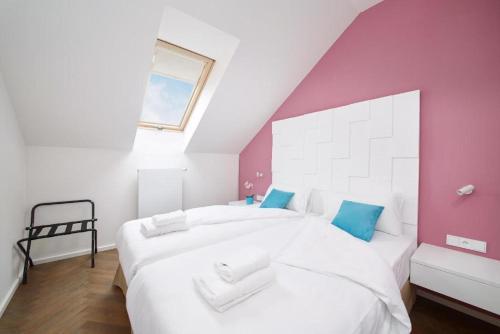 Postel nebo postele na pokoji v ubytování River Prague Apartments