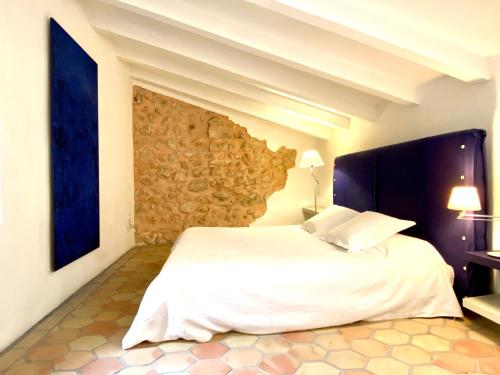 A bed or beds in a room at Refugio Son Pons