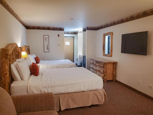 A bed or beds in a room at Grand Bear Resort at Starved Rock