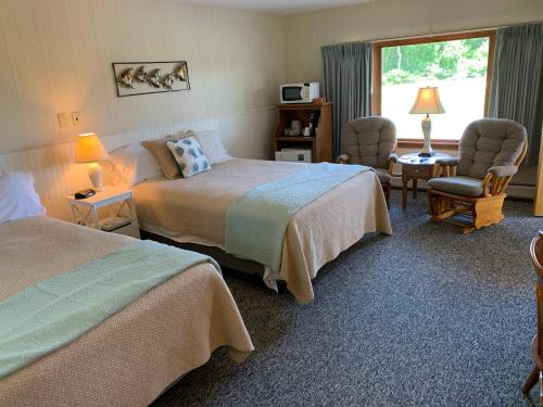 A bed or beds in a room at Towne Lyne Motel