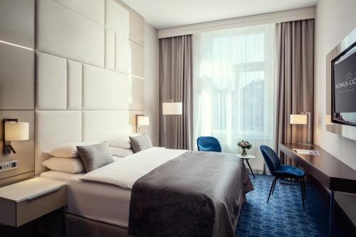 Säng eller sängar i ett rum på Hotel KINGS COURT