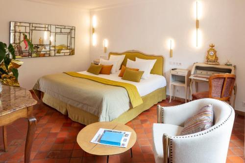 A bed or beds in a room at Relais et Chateaux La Bonne Étape
