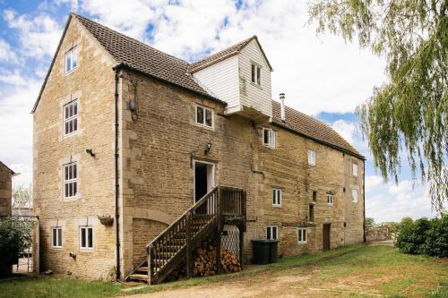 Fletland Mill - 18th century watermill, in stunning location near Stamford