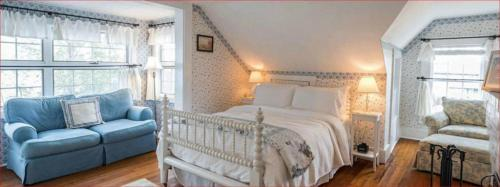 A bed or beds in a room at Snug Cottage