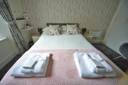 A bed or beds in a room at Harcourt Hotel
