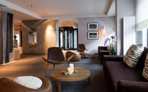 A seating area at Hotel Le Morgane