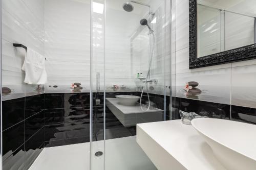 A bathroom at Galeria Valeria Seaside Downtown