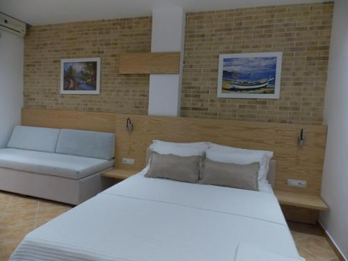 A bed or beds in a room at Hotel Piccolino