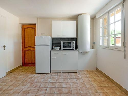 A kitchen or kitchenette at Quaint Holiday Home in Logonna-Daoulas near Sea