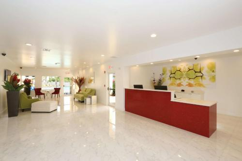 The lobby or reception area at SureStay Plus by Best Western Orlando International Drive