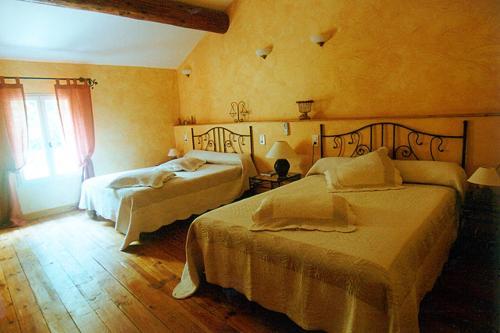 A bed or beds in a room at L'Oustau de Mistral