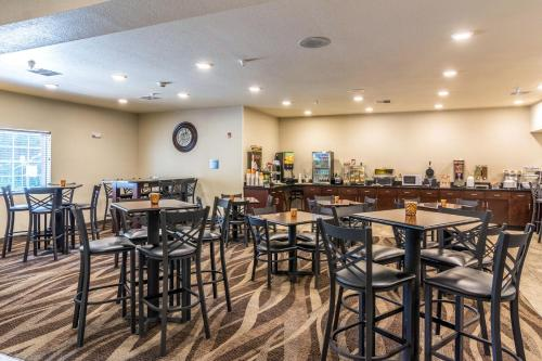 A restaurant or other place to eat at Cobblestone Hotel & Suites - Erie