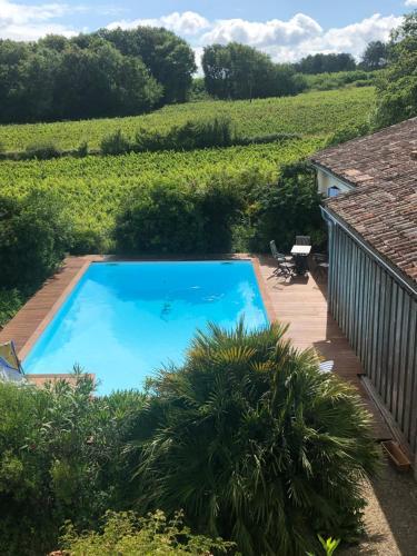 Vue sur la piscine de l'établissement Château Régaldo-Saint Blancard ou sur une piscine à proximité