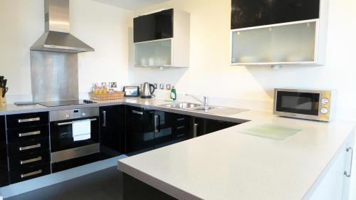 A kitchen or kitchenette at City Apartments Milton Keynes