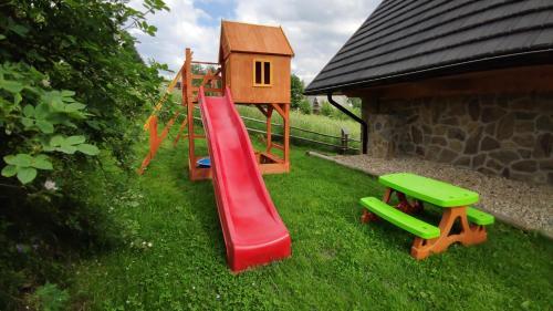 Plac zabaw dla dzieci w obiekcie Tatrzański Ogród Regional Houses Zakopane