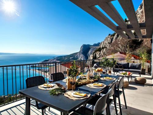 """A restaurant or other place to eat at House Villa """"The View"""""""