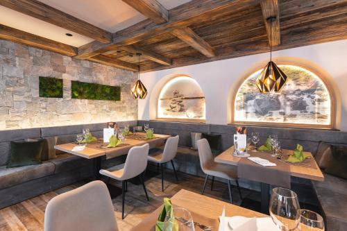 Ein Restaurant oder anderes Speiselokal in der Unterkunft Samnaunerhof Vital-Hotel