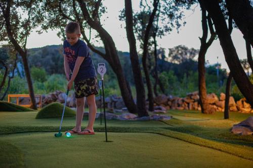 Zaplecze golfowe tego kompleksu wypoczynkowego lub w pobliżu