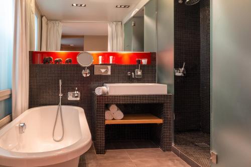 Um banheiro em Golden Tulip Opera de Noailles