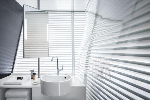 A bathroom at Okko Hotels Nantes Château
