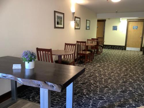 A restaurant or other place to eat at Luxury Inn & Suites