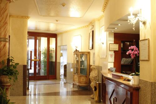 The lobby or reception area at Hotel Genio
