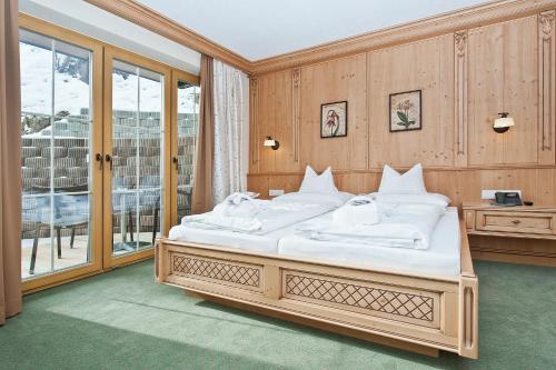 A bed or beds in a room at Wohlfühlhotel KERSCHDORFER - Hotel Garni