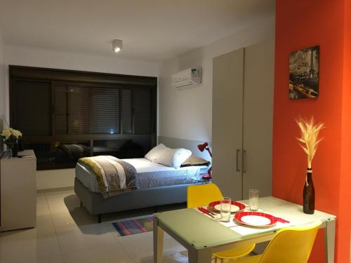 A bed or beds in a room at Apartamento Perfeito Casemiro, 199 - RETIRADA DAS CHAVES MEDIANTE AGENDAMENTO COM UMA HORA DE ANTECEDÊNCIA COM ANDREIA OU LUIS
