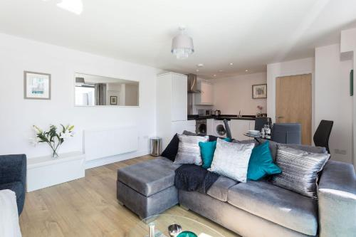 Self-contained town centre apartment Queensgate nr Marketfield by Helmswood Serviced Apartments