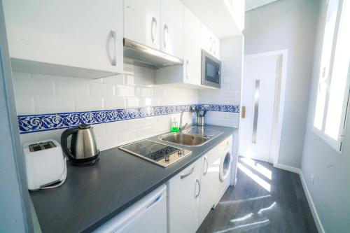 A kitchen or kitchenette at Apartments Madrid Plaza Mayor-Tintoreros