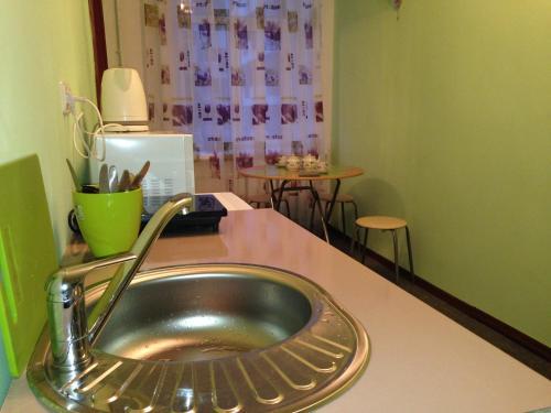 Кухня или мини-кухня в Apartments 7-aya Krasnoarmeyskaya