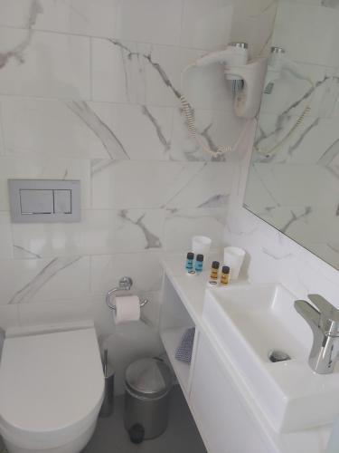 A bathroom at Anna Studios
