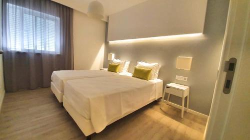 Un ou plusieurs lits dans un hébergement de l'établissement AlvorMar Apartamentos Turisticos