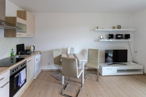 A kitchen or kitchenette at Pension am See
