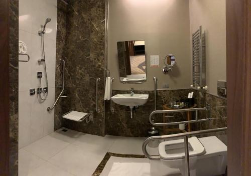A bathroom at Borjomi Likani Health & Spa Centre
