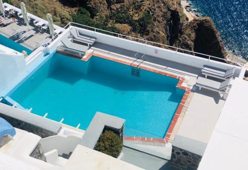 Vue sur la piscine de l'établissement Loucas on the Cliff ou sur une piscine à proximité