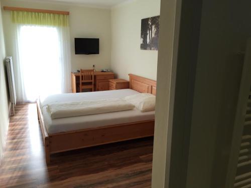 Ein Bett oder Betten in einem Zimmer der Unterkunft Landhotel Gafringwirt