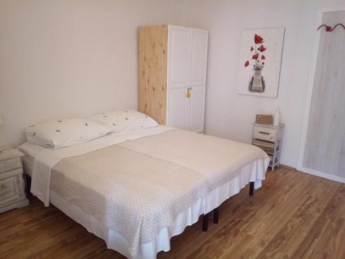 A bed or beds in a room at Apartments Maris