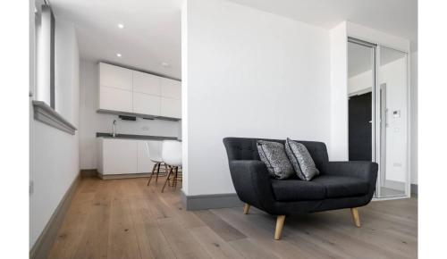 A seating area at Finchley Modern Apartment - 1 bedroom with Balcony