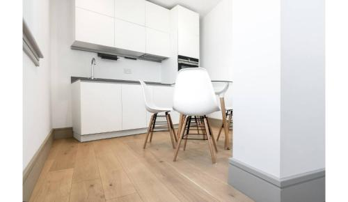 A kitchen or kitchenette at Finchley Modern Studio Apartments L