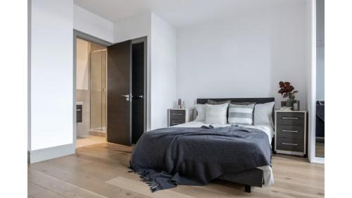 A bed or beds in a room at Studio flat in Downhills Park - H
